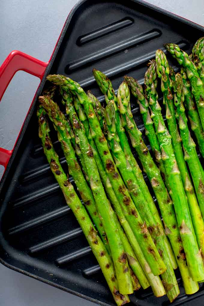 Asparagus on a grill pan.